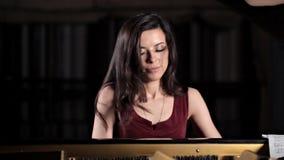 Ένα νέο κορίτσι παίζει το πιάνο, πρόβα πριν από τη συναυλία Μουσική, κλασική απόθεμα βίντεο