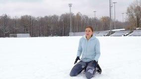 Ένα νέο κορίτσι πηγαίνει μέσα για τον αθλητισμό Χειμώνας φιλμ μικρού μήκους