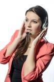Ένα νέο κορίτσι που μιλά με τα ακουστικά και το μικρόφωνο Στοκ εικόνα με δικαίωμα ελεύθερης χρήσης