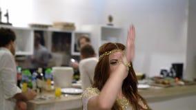 Ένα νέο κορίτσι που χορεύει σε ένα κόμμα Εορτασμός νύχτας του γάμου, των γενεθλίων, της επετείου ή της επετείου Ένα γεγονός στο α απόθεμα βίντεο