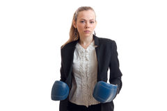Ένα νέο κορίτσι σε ένα μαύρο σακάκι φόρεσε τα εγκιβωτίζοντας γάντια σε ετοιμότητα της και το κοίταγμα άμεσα Στοκ εικόνα με δικαίωμα ελεύθερης χρήσης