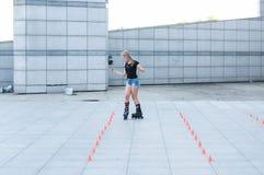 Ένα νέο κορίτσι στα σαλάχια κυλίνδρων Στοκ φωτογραφίες με δικαίωμα ελεύθερης χρήσης