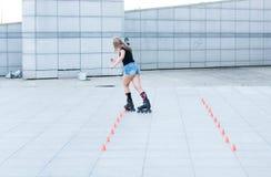 Ένα νέο κορίτσι στα σαλάχια κυλίνδρων Στοκ Εικόνα
