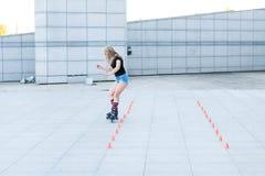Ένα νέο κορίτσι στα σαλάχια κυλίνδρων Στοκ φωτογραφία με δικαίωμα ελεύθερης χρήσης