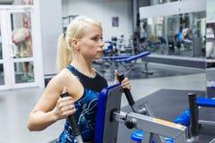 Ένα νέο κορίτσι συμμετέχει στη γυμναστική για να διατηρήσει την υγεία και το slimness Το κορίτσι στοχεύει στον ιδανικό αριθμό του στοκ εικόνες