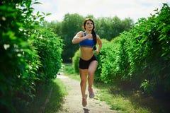 Ένα νέο κορίτσι συμμετέχει στον αθλητισμό στοκ φωτογραφίες