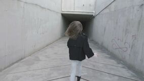 Ένα νέο κορίτσι τρέχει σε μια σκοτεινή συγκεκριμένη σήραγγα Η κάμερα προκύπτει από πίσω φιλμ μικρού μήκους
