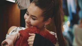 Ένα νέο κορίτσι ψωνίζει στο κατάστημα φιλμ μικρού μήκους