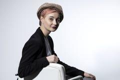 Ένα νέο κορίτσι headdress θέτει για τη κάμερα στο στούντιο στοκ φωτογραφίες