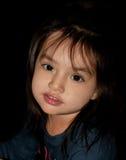 Ένα νέο κορίτσι posses για ένα πορτρέτο Στοκ Φωτογραφίες
