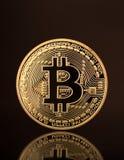 Ένα νέο λαμπρό νόμισμα με το sybol bitcoin Στοκ Εικόνες