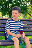 Ένα νέο ρομαντικό αγόρι με ένα μοντέρνο hairstyle και αυξήθηκε Στοκ Εικόνα