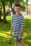 Ένα νέο ρομαντικό αγόρι με ένα μοντέρνο hairstyle και αυξήθηκε Στοκ Φωτογραφία
