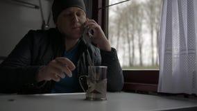 Ένα νέο όμορφο άτομο οδηγά ένα τραίνο απόθεμα βίντεο