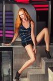 Ένα νέο, redhead κορίτσι στα μοντέρνα ενδύματα για τη λέσχη νύχτας Στοκ Φωτογραφίες