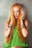 Ένα νέο, redhead κορίτσι στα μοντέρνα ενδύματα για τη λέσχη νύχτας Στοκ φωτογραφία με δικαίωμα ελεύθερης χρήσης