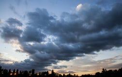 Ένα νεφελώδες ηλιοβασίλεμα Στοκ φωτογραφία με δικαίωμα ελεύθερης χρήσης
