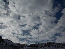 Ένα νεφελώδες τοπίο στην κορυφή των βουνών Στοκ Εικόνες