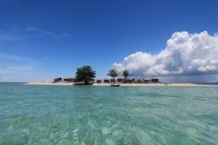 Ένα νησί ενάντια στο μπλε ουρανό και το λευκό καλύπτει Στοκ φωτογραφία με δικαίωμα ελεύθερης χρήσης