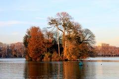 Ένα νησί που καλύπτεται στα δέντρα στη λίμνη Annecy το φθινόπωρο, Γαλλία Στοκ Φωτογραφία