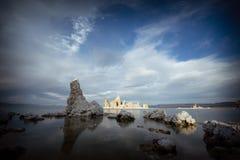 Ένα νησί του αλατισμένου βράχου στη μονο λίμνη Στοκ Εικόνα