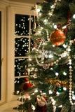 Ένα ντεμοντέ χριστουγεννιάτικο δέντρο τακτοποίησε με τα μαργαριτάρια και μια κατάταξη των όμορφων διακοσμήσεων που απεικονίστηκαν Στοκ φωτογραφία με δικαίωμα ελεύθερης χρήσης