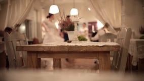 Ένα ντυμένο με κοστούμι γεγονός Κλασσικοί χοροί χορού ανθρώπων Αυθεντικός πίνακας στην εστίαση απόθεμα βίντεο