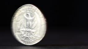 Ένα νόμισμα Δολ ΗΠΑ τετάρτων που περιστρέφει στον πίνακα φιλμ μικρού μήκους