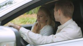 Ένα ξανθό κορίτσι και ο φίλος της είναι να υποστηρίξουν, καθμένος στο αυτοκίνητο Ενόχληση και φιλονικία φιλμ μικρού μήκους