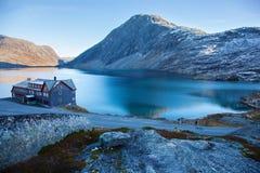 Ένα ξενοδοχείο στη λίμνη Djupvatnet στη Νορβηγία Στοκ Εικόνες