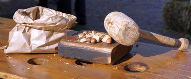 Ένα ξύλινο σφυρί για να σπάσει τα φουντούκια στοκ φωτογραφία