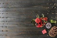 Ένα ξύλινο υπόβαθρο με το πεύκο και τις διακοσμήσεις Στοκ εικόνα με δικαίωμα ελεύθερης χρήσης