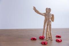 Ένα ξύλινο άτομο κουκλών με την καρδιά-διαμορφωμένη σοκολάτα στην ημέρα βαλεντίνων Στοκ εικόνα με δικαίωμα ελεύθερης χρήσης