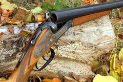Ένα ξύλινο αναδρομικό κυνηγετικό όπλο με τον πυροβολισμό Στοκ Φωτογραφία