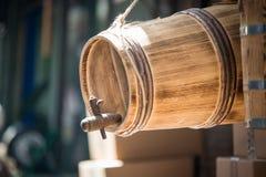 Ένα ξύλινο βαρέλι με την ξύλινη ένωση βυσμάτων βαρελιών μπροστά από ένα παλαιό παραδοσιακό κατάστημα κοντά σε μεγάλο Bazaar, Ιστα Στοκ Φωτογραφία