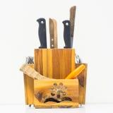 Ένα ξύλινο κιβώτιο για την αποθήκευση knifes μετακινεί με το κουτάλι και δίκρανο Στοκ Φωτογραφία