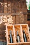 Ένα ξύλινο κιβώτιο με ένα μπουκάλι του κρασιού και του βαρελιού Στοκ φωτογραφία με δικαίωμα ελεύθερης χρήσης