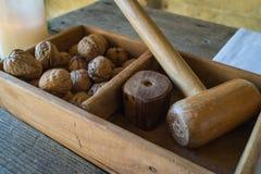 Ένα ξύλινο κιβώτιο με το παραδοσιακό ξύλινο σφυρί στα ξύλα καρυδιάς ρωγμών για Στοκ Εικόνες