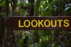 Ένα ξύλινο σημάδι δείχνει την κατεύθυνση επιφυλακών στοκ εικόνα