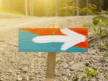 Ένα ξύλινο σημάδι με ένα χρωματισμένο βέλος Στοκ εικόνα με δικαίωμα ελεύθερης χρήσης