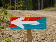 Ένα ξύλινο σημάδι με ένα χρωματισμένο βέλος Στοκ εικόνες με δικαίωμα ελεύθερης χρήσης