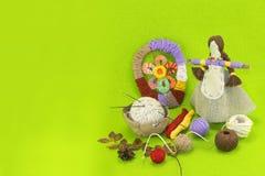 Ένα οριζόντιο πράσινο πρότυπο της χειροποίητης κούκλας Στοκ εικόνα με δικαίωμα ελεύθερης χρήσης