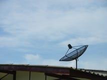 Ένα δορυφορικό πιάτο στη στέγη Στοκ φωτογραφίες με δικαίωμα ελεύθερης χρήσης