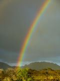Ένα ουράνιο τόξο εμφανίζεται μετά από τις βροχοπτώσεις στο της Χαβάης νησί Kauai Στοκ εικόνες με δικαίωμα ελεύθερης χρήσης