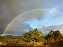 Ένα ουράνιο τόξο εμφανίζεται μετά από τις βροχοπτώσεις στο της Χαβάης νησί Kauai Στοκ Φωτογραφία