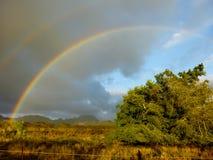Ένα ουράνιο τόξο εμφανίζεται μετά από τις βροχοπτώσεις στο της Χαβάης νησί Kauai Στοκ εικόνα με δικαίωμα ελεύθερης χρήσης