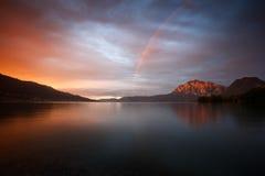 Ένα ουράνιο τόξο πέρα από τη λίμνη Attersee στο απίστευτο φως βραδιού Στοκ Εικόνες