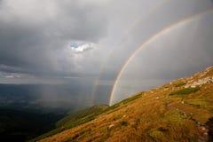 Ένα ουράνιο τόξο στα βουνά Στοκ Φωτογραφίες