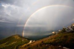 Ένα ουράνιο τόξο στα βουνά Στοκ Εικόνα