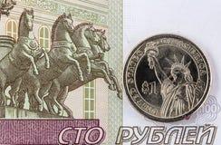 Ένα δολάριο σε ένα υπόβαθρο των ρωσικών χρημάτων Έννοια Στοκ Εικόνες